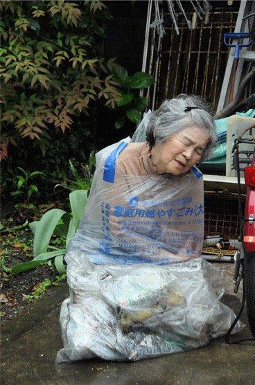 都築響一さんの有料メルマガ『ROADSIDERS weekly』での僕の連載「アウトサイダー・キュレーター日記」。次回は、熊本に暮らす87歳のアマチュア写真家・西本喜美子さん