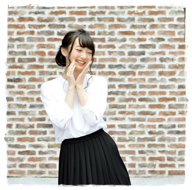 ミニスカート姿の藤田茜さん